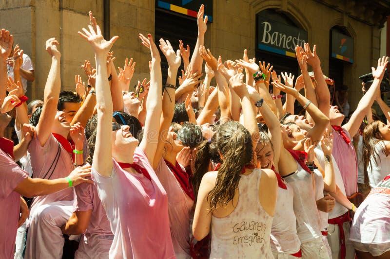 Веселя люди на фестивале Сан Fermin стоковое фото rf