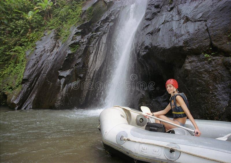 весло девушки шлюпки раздувное стоковая фотография rf