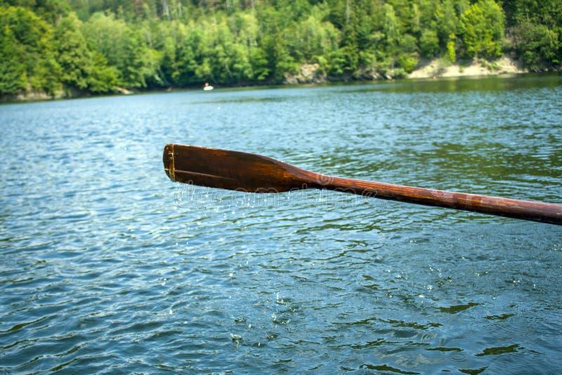 Весло шлюпки в воде и брызгать воде стоковое фото rf