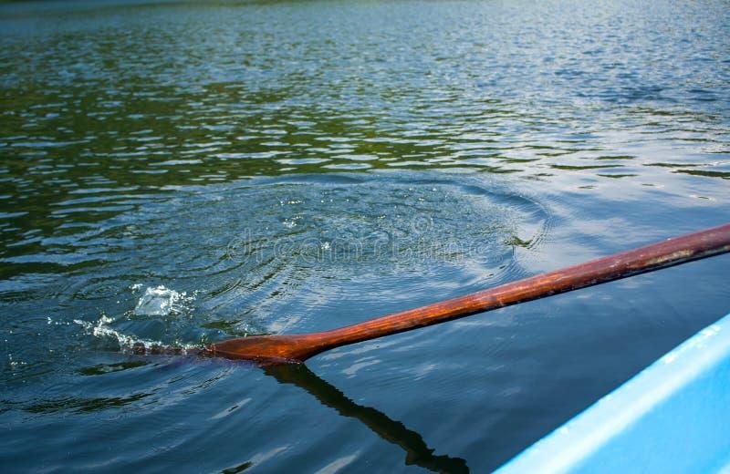 Весло шлюпки в воде и брызгать воде стоковые изображения