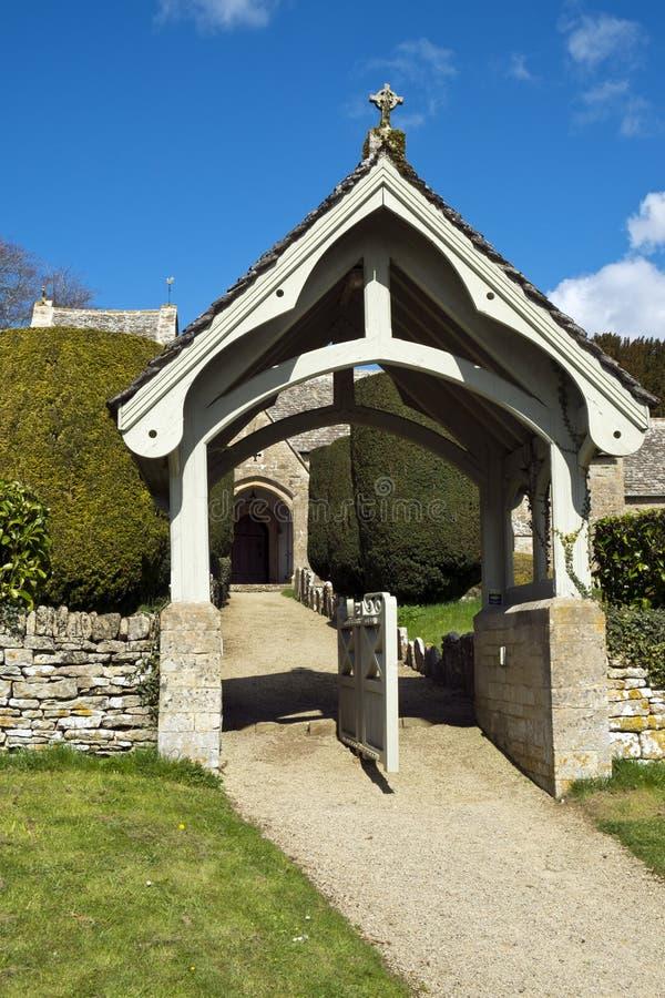 Весна, аббаты церковь Duntisbourne, Cotswolds, Великобритания стоковое изображение rf