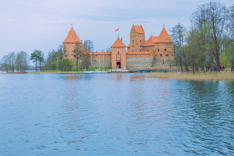 Весна в Литве Замок взгляда старый в Trakai стоковое фото rf