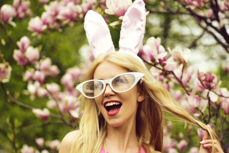 Весна, пасха, удивленная женщина со смешными стеклами, ушами зайчика стоковые фотографии rf