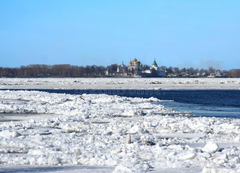 весна volga реки перемещаясь льда стоковые фото