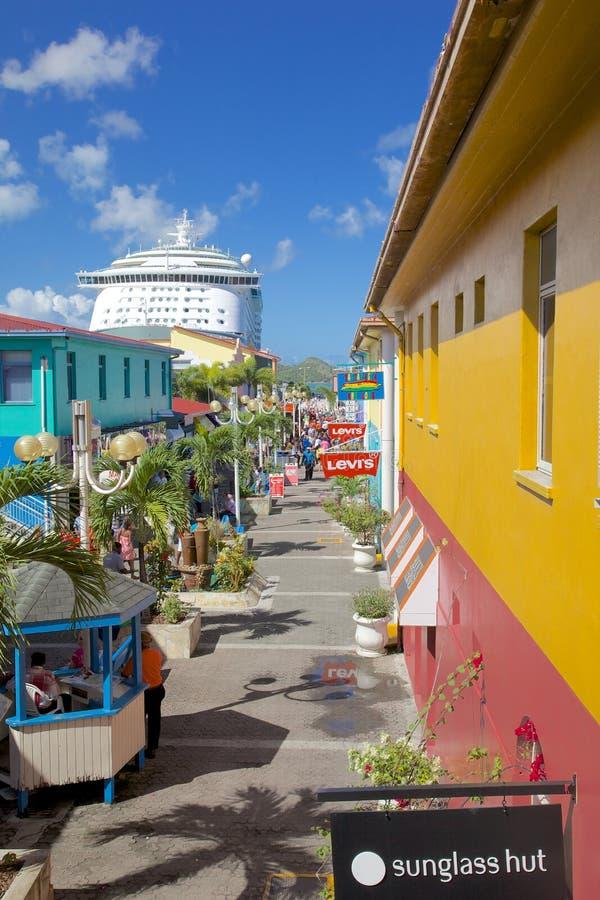Вест-Индии, Вест-Инди, Антигуа, St. Johns, набережная наследия & туристическое судно в порте стоковые фотографии rf