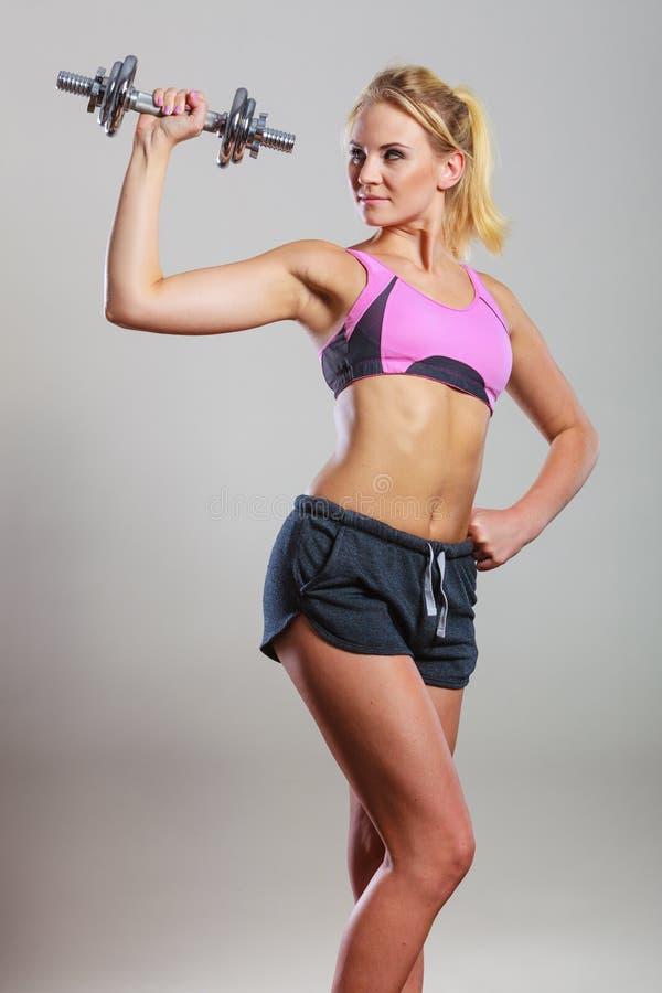 Весы гантелей женщины пригонки поднимаясь стоковое изображение rf