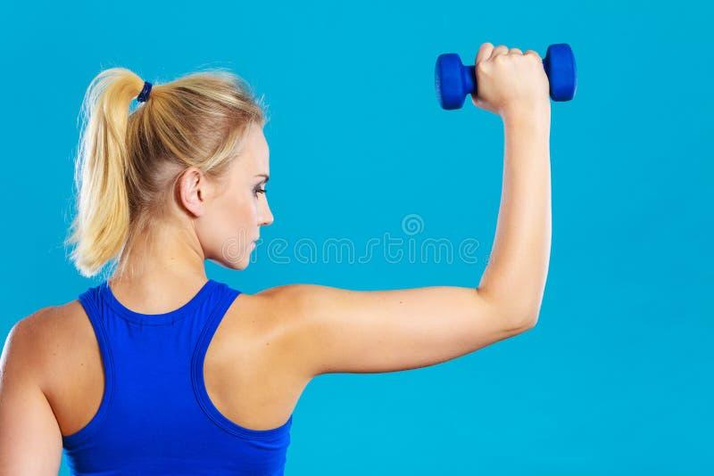 Весы гантелей подходящей женщины поднимаясь стоковое фото rf