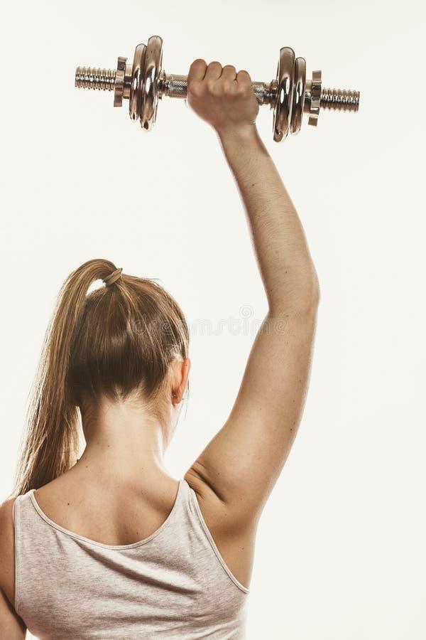 Весы гантелей сильной женщины поднимаясь Фитнес стоковые фотографии rf