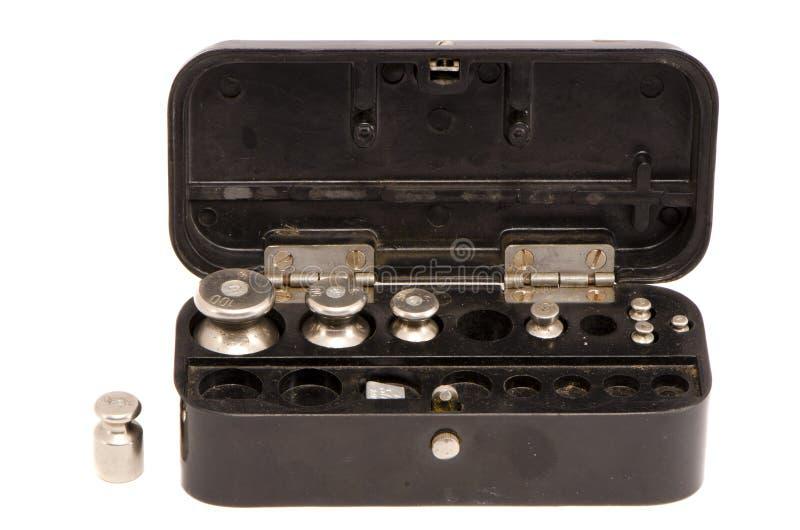 весы металла баланса изолированные черным ящиком стоковая фотография