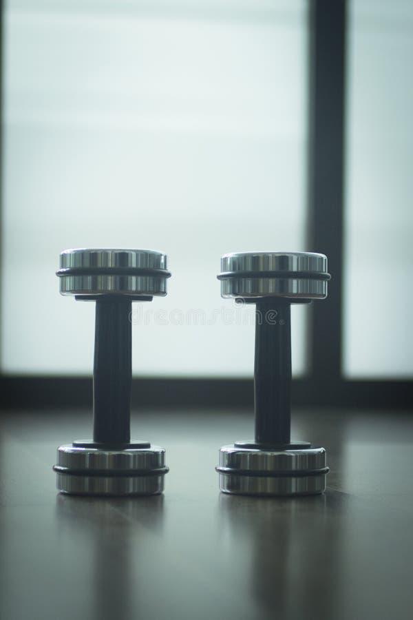 Весы металла спортзала гантели в оздоровительном клубе спортзала стоковое изображение rf