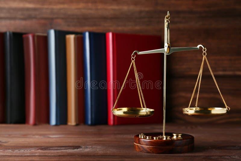 Весы правосудия с книгами стоковое изображение