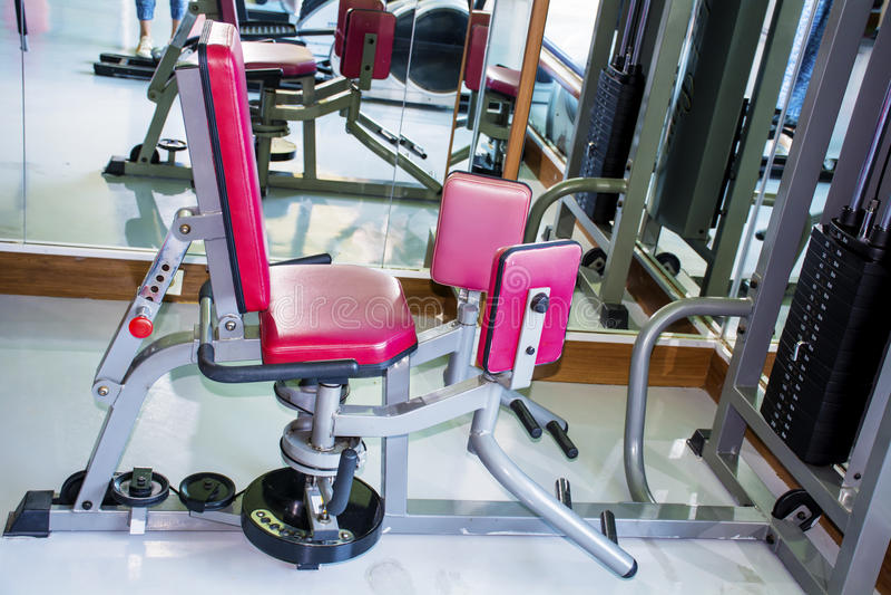 Весы тренировки с ногами в спортзале стоковое фото