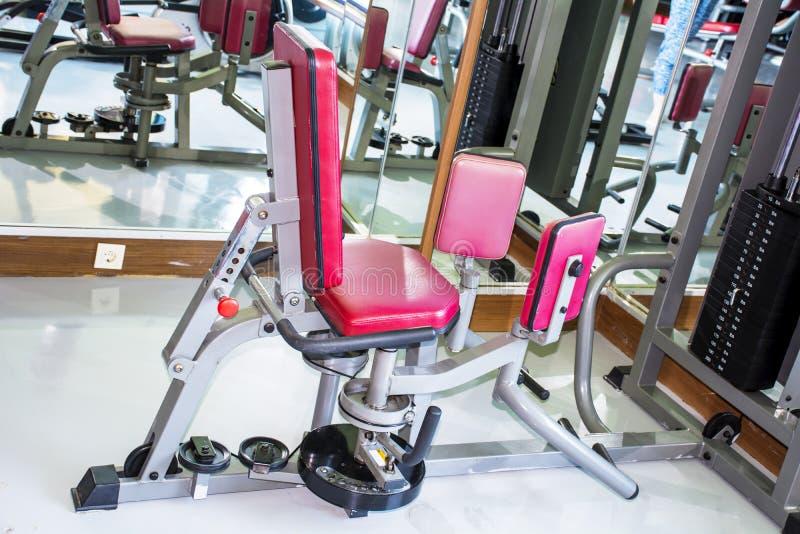 Весы тренировки с ногами в спортзале стоковые изображения