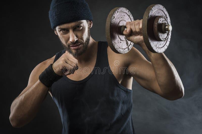 Весы холодного привлекательного человека поднимаясь стоковая фотография rf