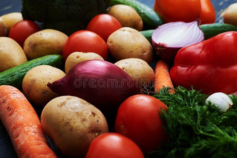 Весьма конец-вверх вкусных и свежих овощей лежа на деревянном b стоковое фото rf