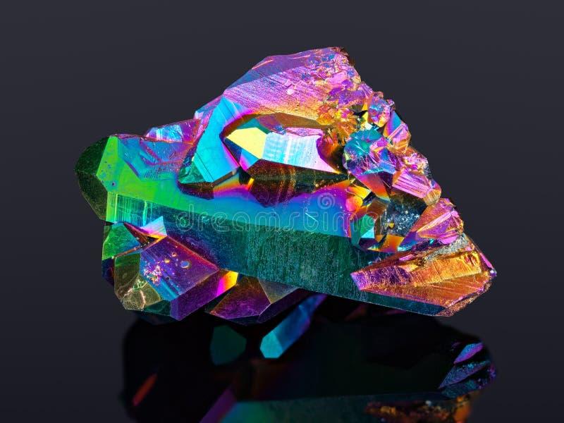 Весьма резкое изображение камня группы кристалла кварца ауры радуги титана принятого с объективом макроса стоковые изображения