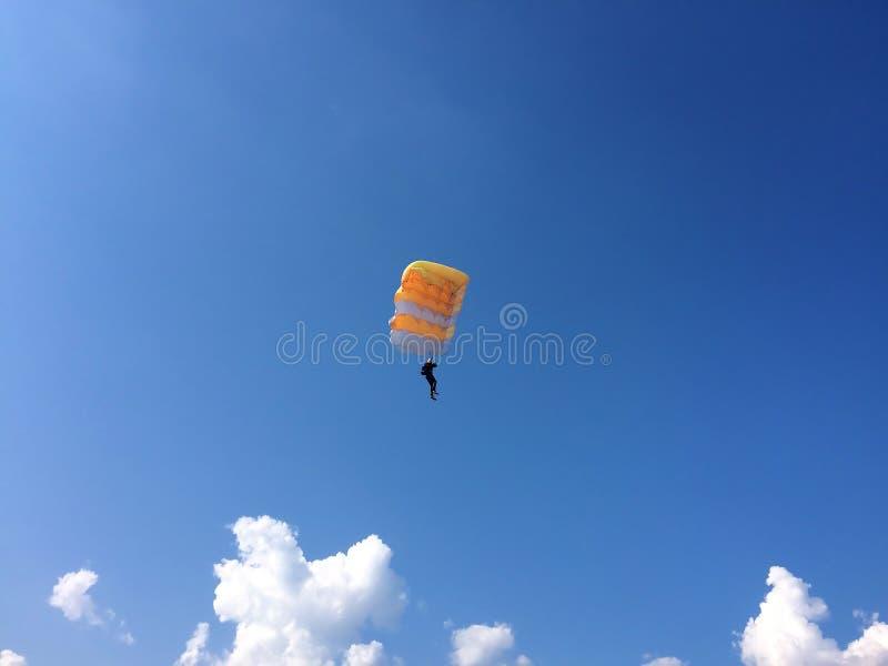 Весьма спорт - парашютист приземляется на том основании стоковая фотография rf