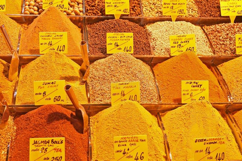 Весь вид восточных специй в базаре специи Стамбула стоковое фото