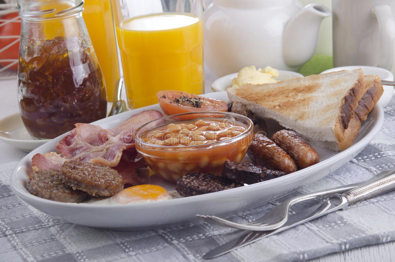 Весь день ирландский завтрак на плите стоковое изображение rf