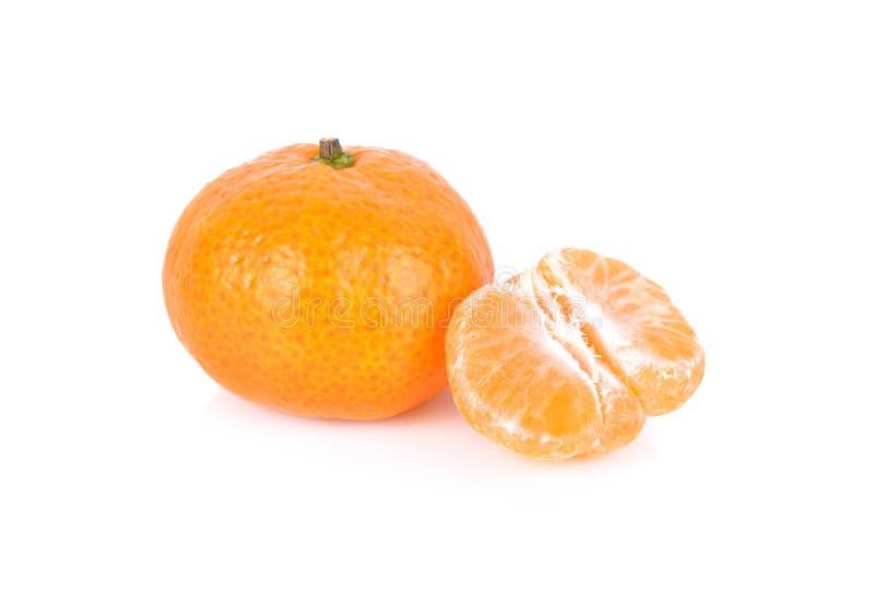 Весь и, который слез свежий апельсин Tangerine или мандарина на белом bac стоковые фотографии rf