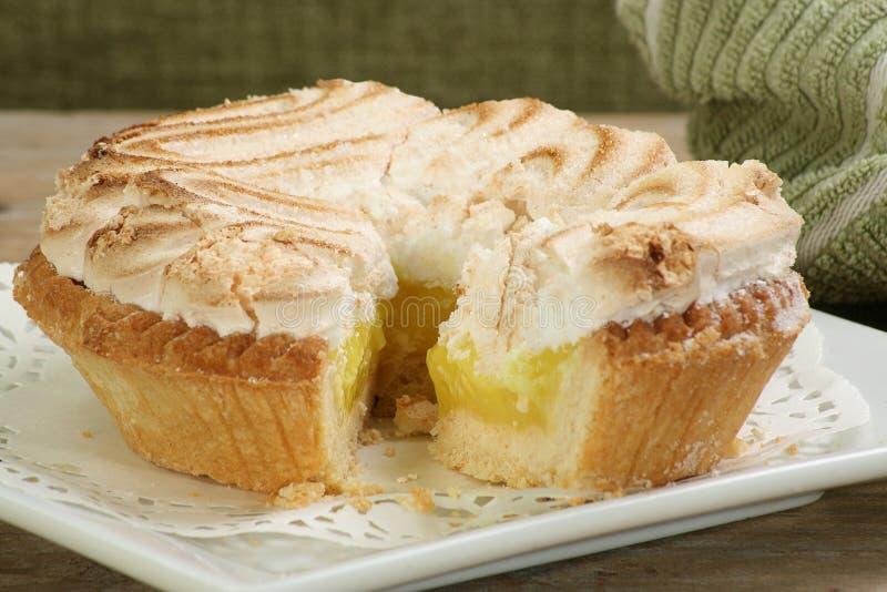 Весь пирог меренги лимона стоковая фотография