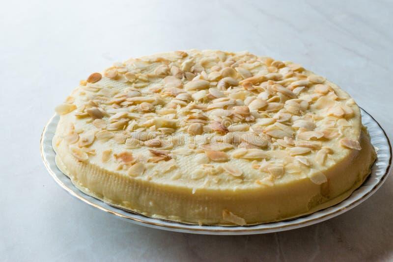 Весь шведский торт миндалины с белым шоколадом стоковая фотография rf