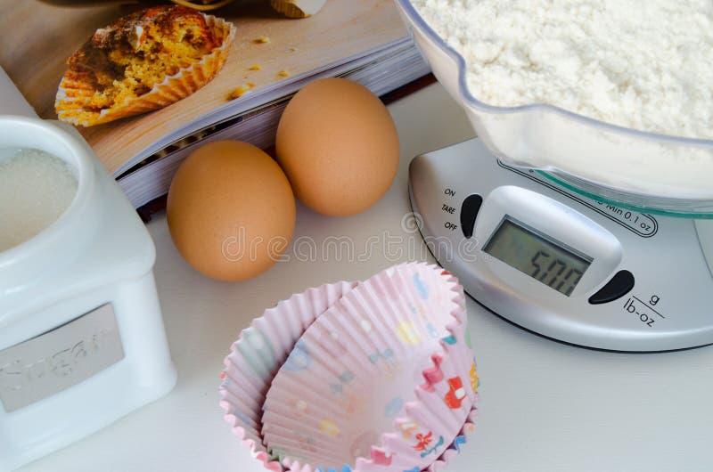 Download Веся масштаб с ингридиентами выпечки Стоковое Изображение - изображение насчитывающей здорово, торт: 40582083