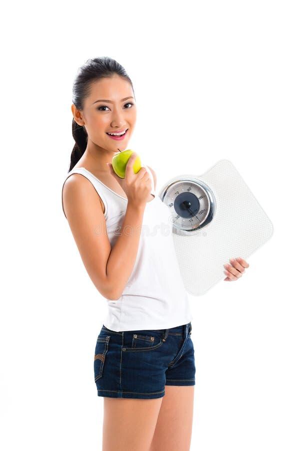 Вес азиатской женщины проигрышный с диетой стоковое изображение rf