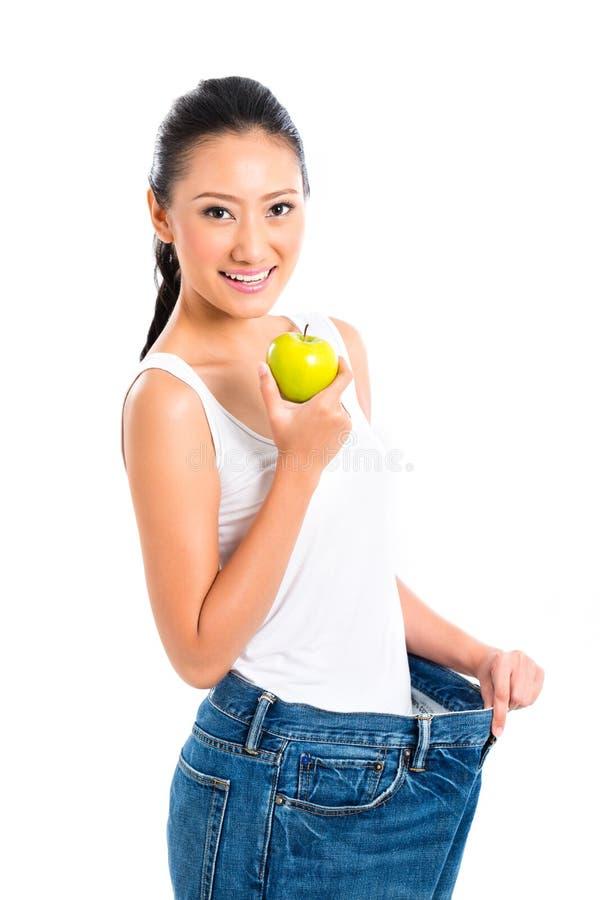 Вес азиатской женщины проигрышный стоковое фото