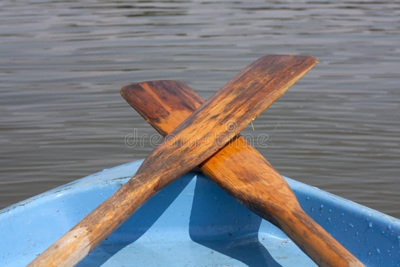 Весло на шлюпке на озере стоковое фото