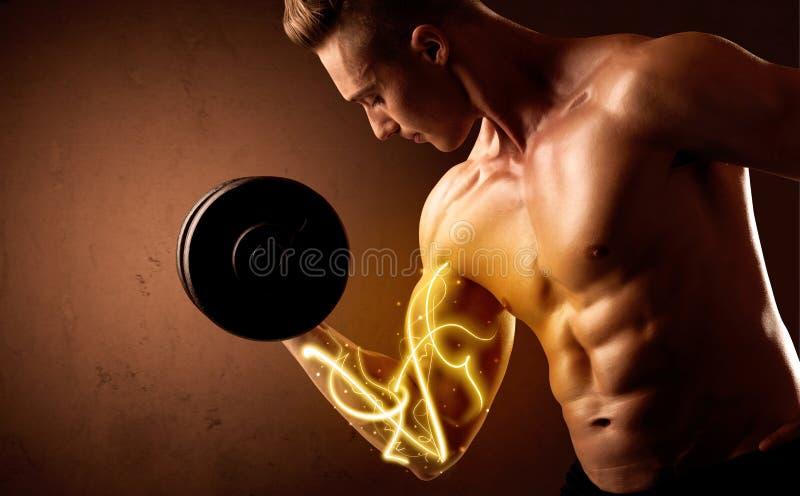 Вес построителя мышечного тела поднимаясь с энергией освещает на бицепсе стоковые фотографии rf