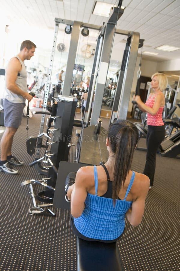 вес тренировки людей гимнастики группы стоковые изображения rf