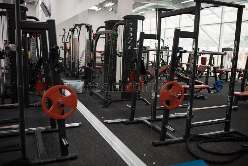 Вес тренируя Hall в спортзале стоковые фото