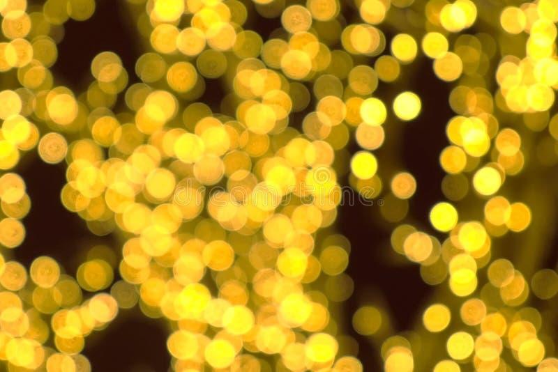 Ветви дерева в оболочке в праздничных светах Уличные светы рождества Взгляд конца-вверх, предпосылка нерезкости стоковое изображение rf
