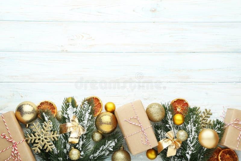Ветви ели рождества с безделушками стоковые фото