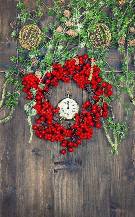 Ветви и венок рождественской елки от красных ягод стоковое изображение rf