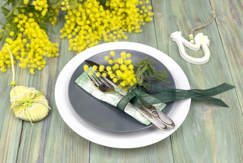 Ветви посуды и мимозы на деревянном столе стоковые изображения rf