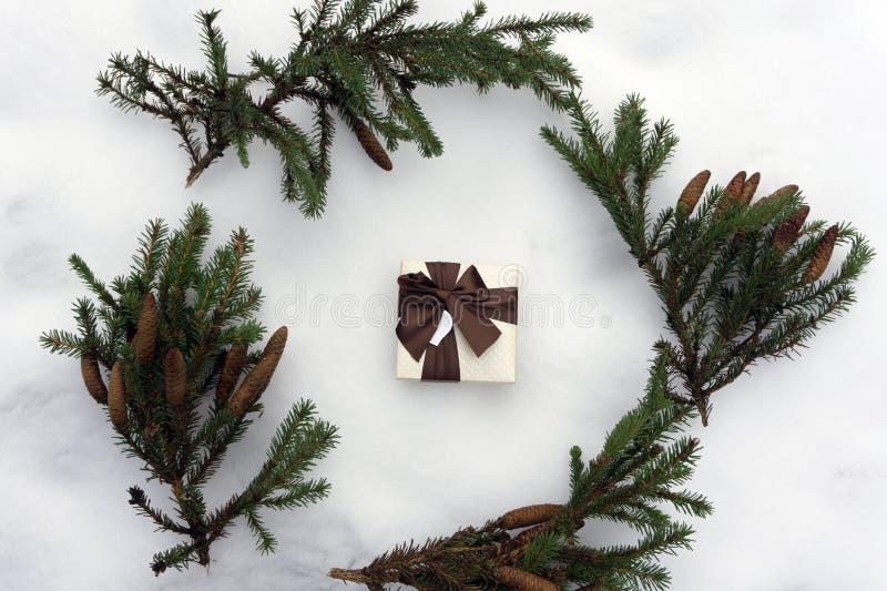 Ветви рождества елевые, серебряные украшения рождества, подарок на белой предпосылке, плоском положении, взгляд сверху стоковые фото