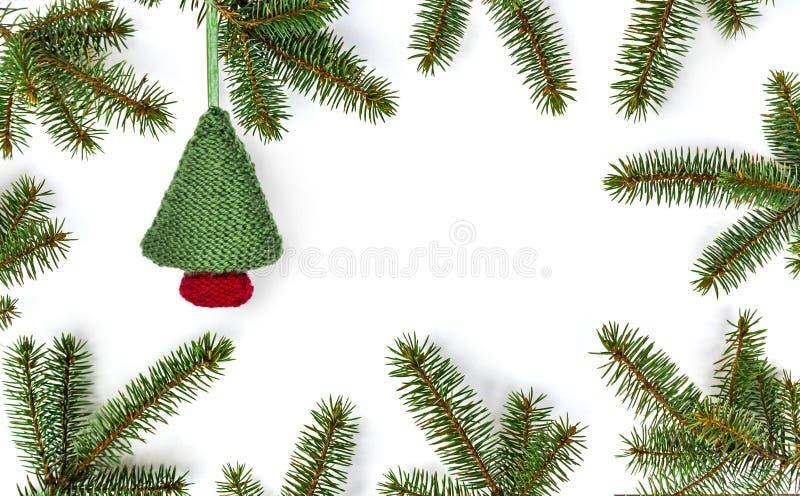 Ветви рождественской елки на белой деревянной текстуре готовой для вашего дизайна Рождество, зима, концепция Нового Года стоковое изображение rf
