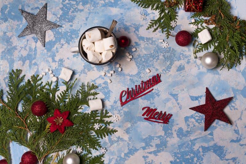 Ветви рождественской елки с игрушками рождества и чашкой горячего зефира какао или шоколада стоковое изображение