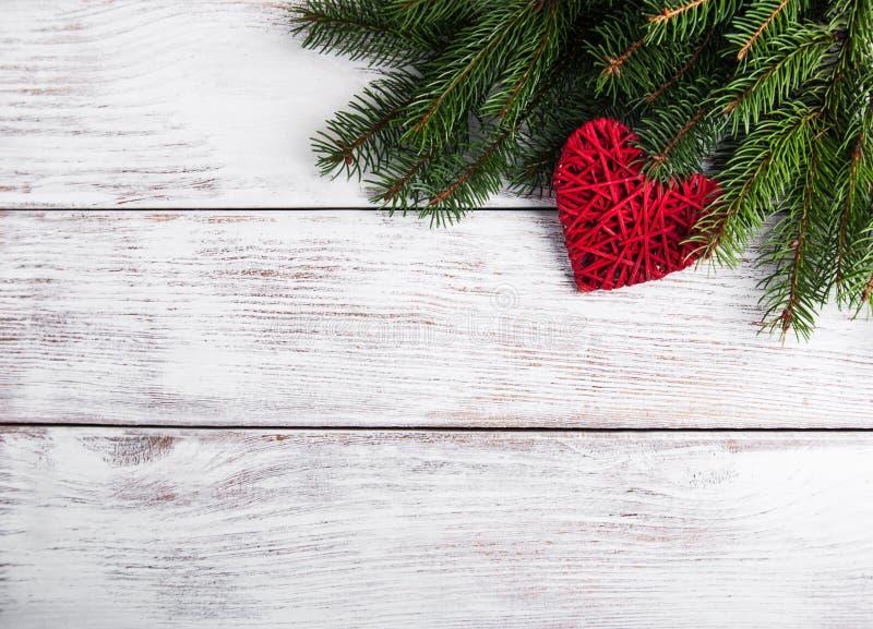 Ветви рождественской елки с украшением сердца стоковые фотографии rf