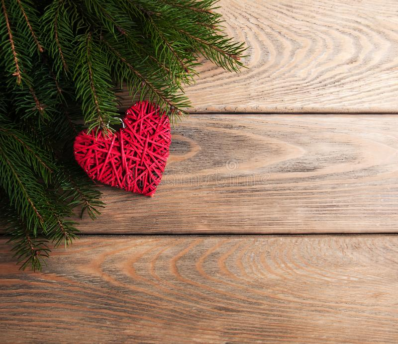 Ветви рождественской елки с украшением сердца стоковое изображение rf