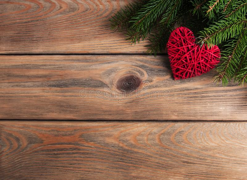 Ветви рождественской елки с украшением сердца стоковая фотография rf