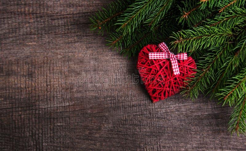 Ветви рождественской елки с украшением сердца стоковое фото rf