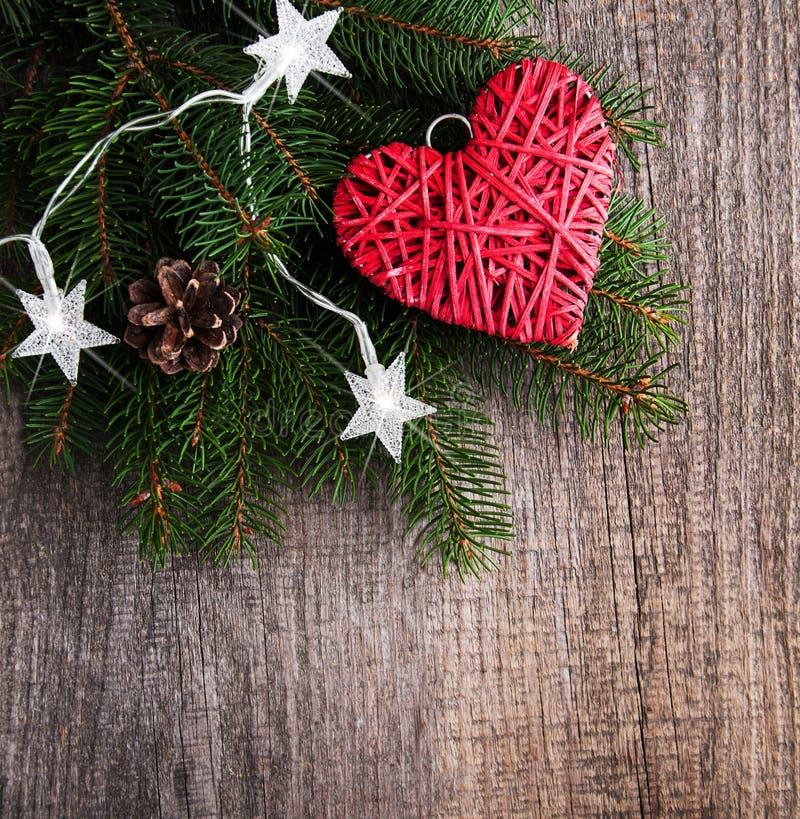 Ветви рождественской елки с украшением сердца стоковые изображения rf