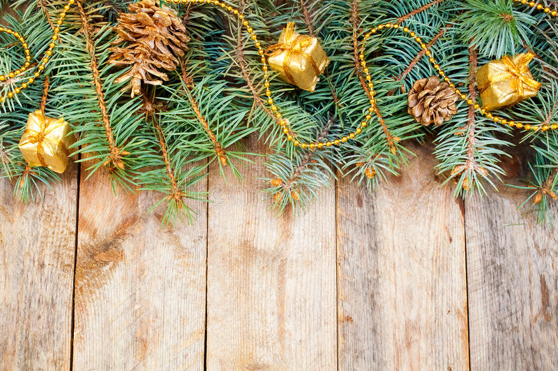 Ветви рождественской елки с конусами, подарками и ...