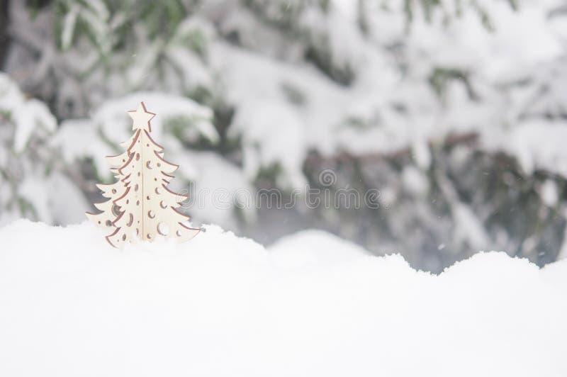 Ветвь дерева ели с снежком стоковые фотографии rf