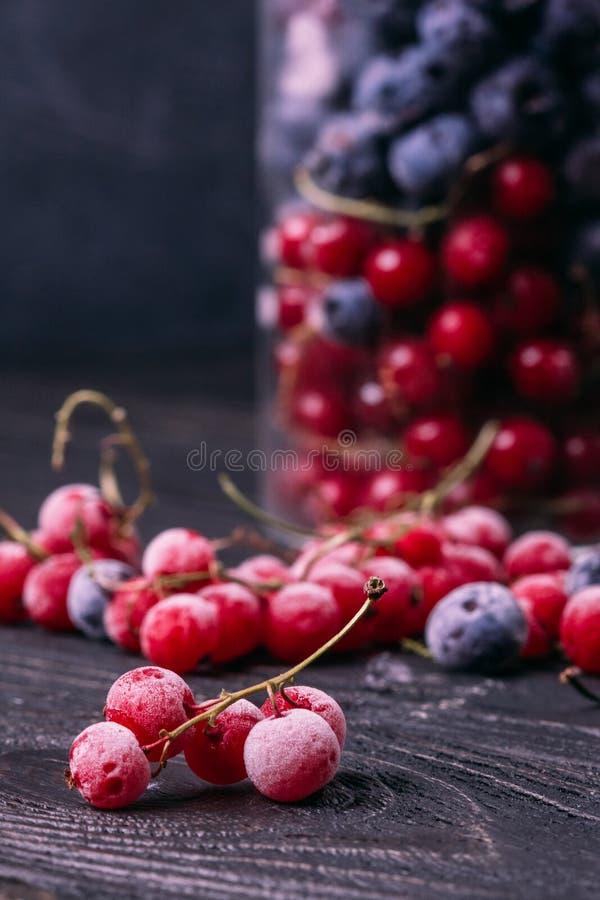 Ветвь красной смородины в изморози на таблице стоковое фото rf