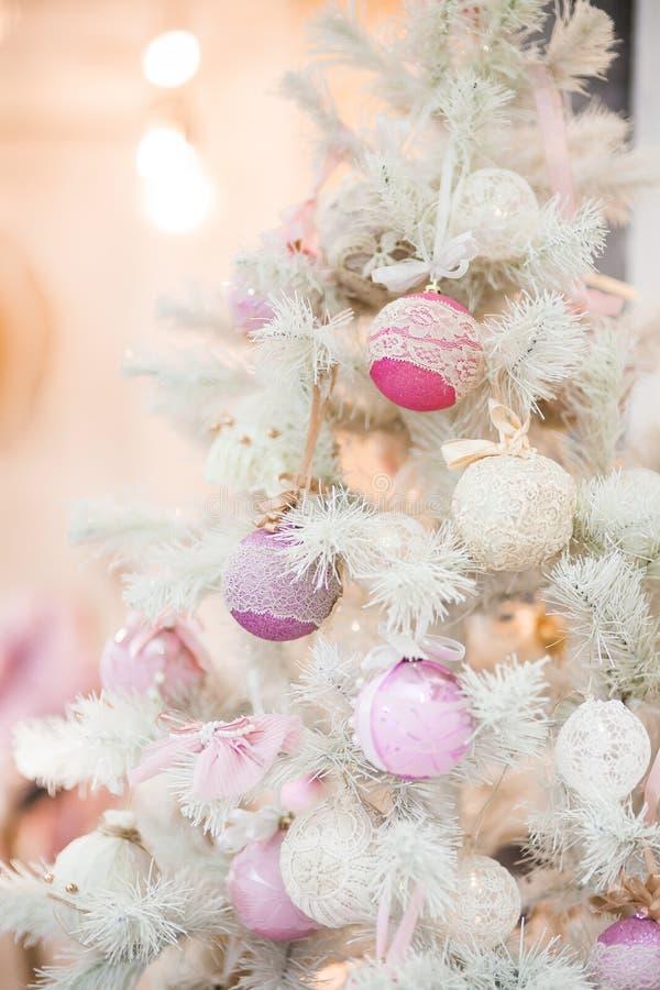 Ветвь рождественской елки украшенной с орнаментами стоковое изображение