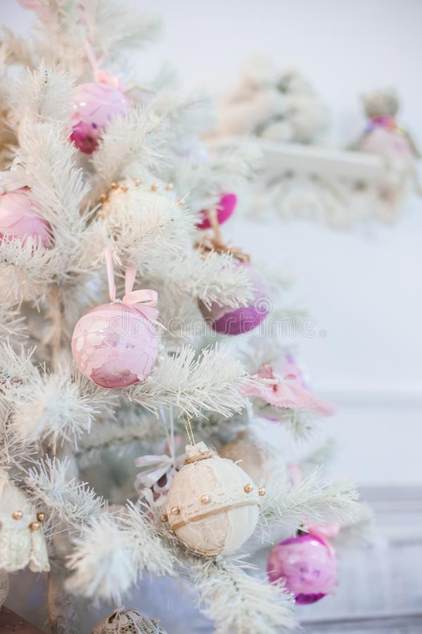 Ветвь рождественской елки украшенной с орнаментами стоковые изображения